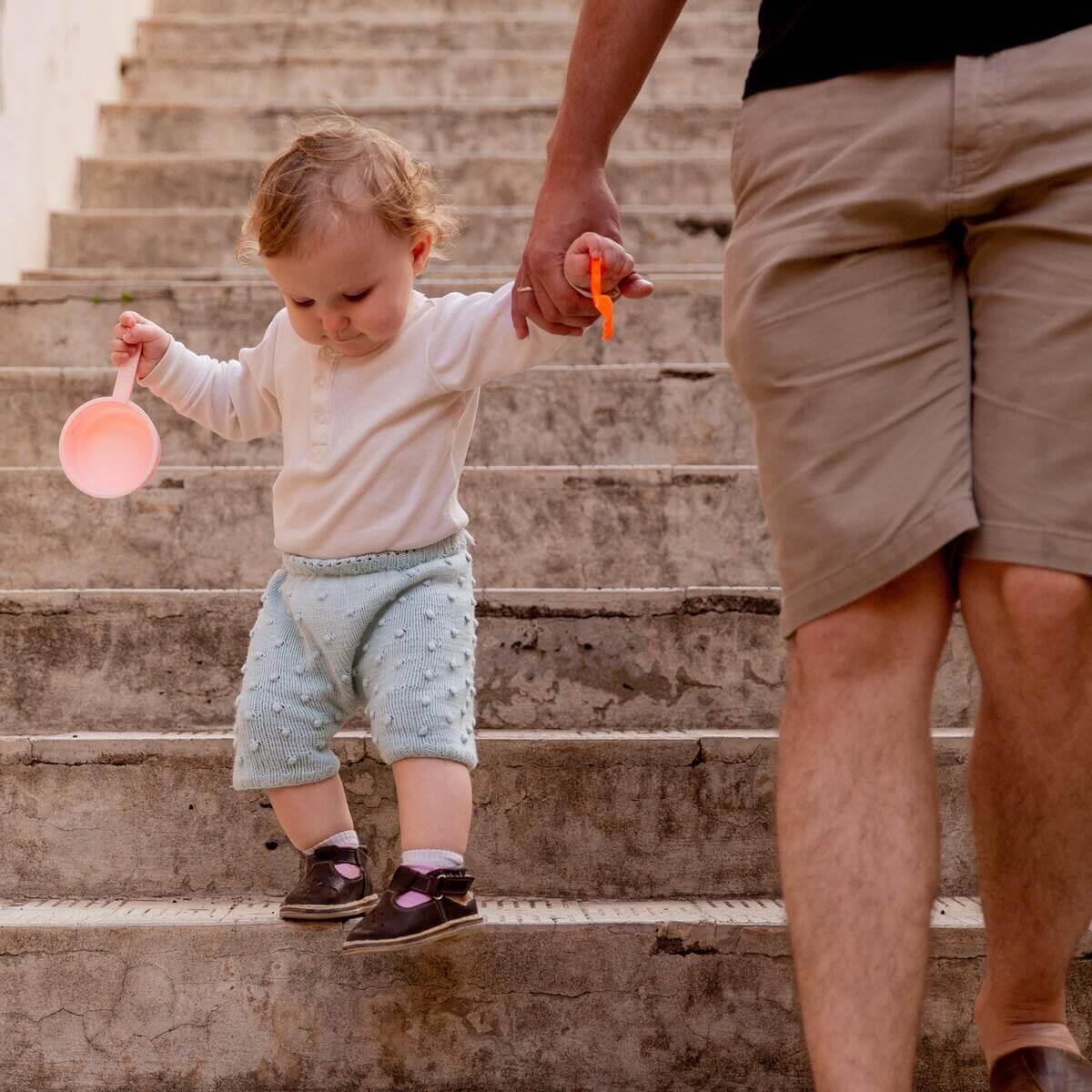 tenir bebe dans les escaliers