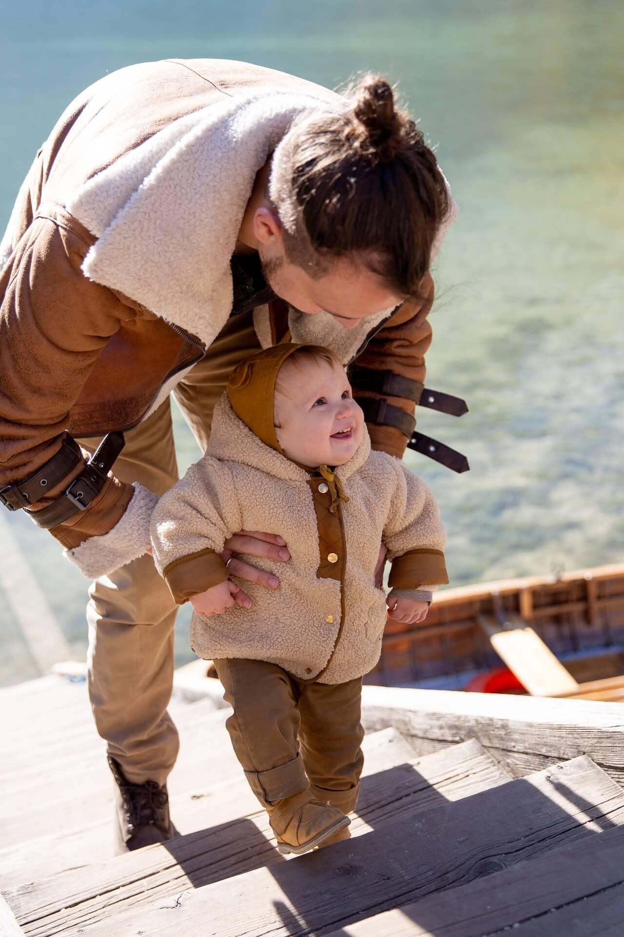 aider bebe pour monter et descendre escaliers