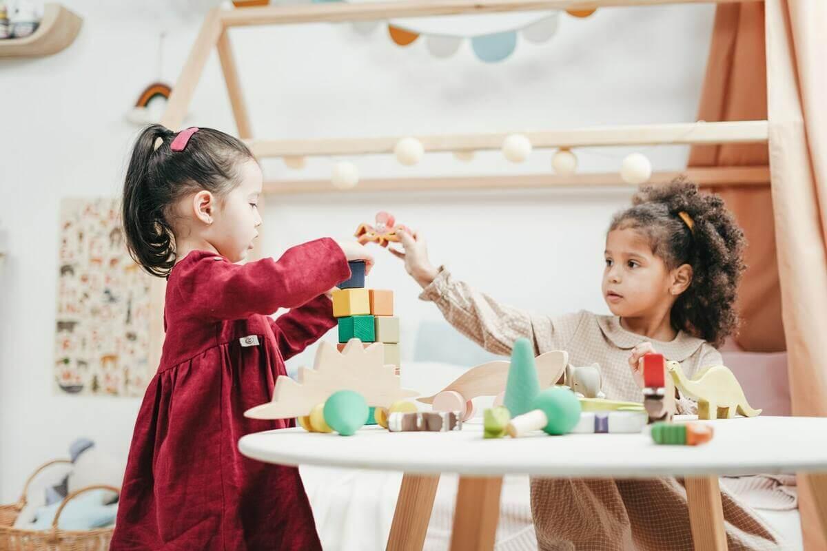 enfants jouent avec jouets en bois