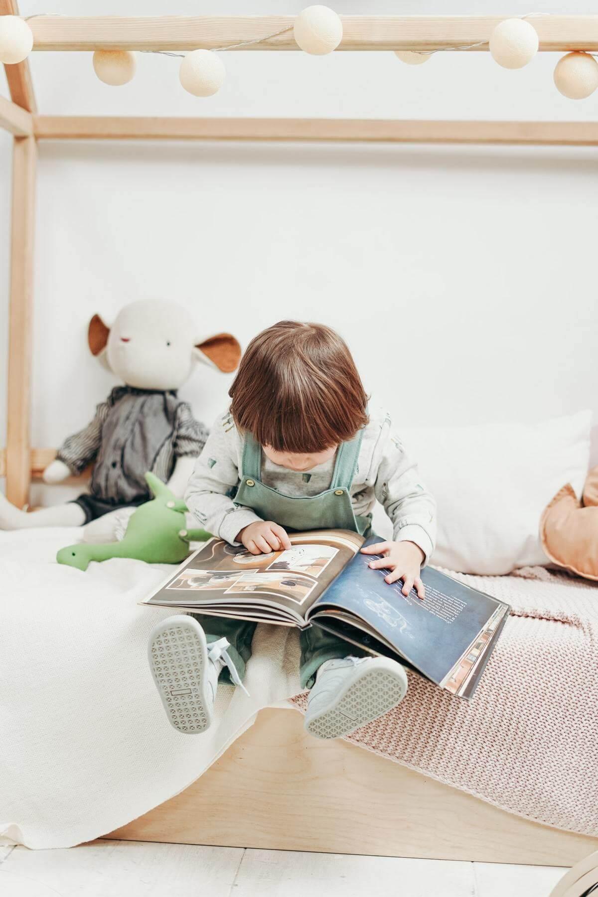 enfant decouvre livre