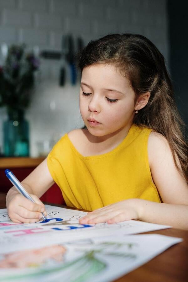 uen enfant dessine