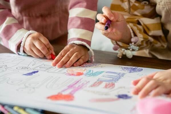 enfants qui colorient