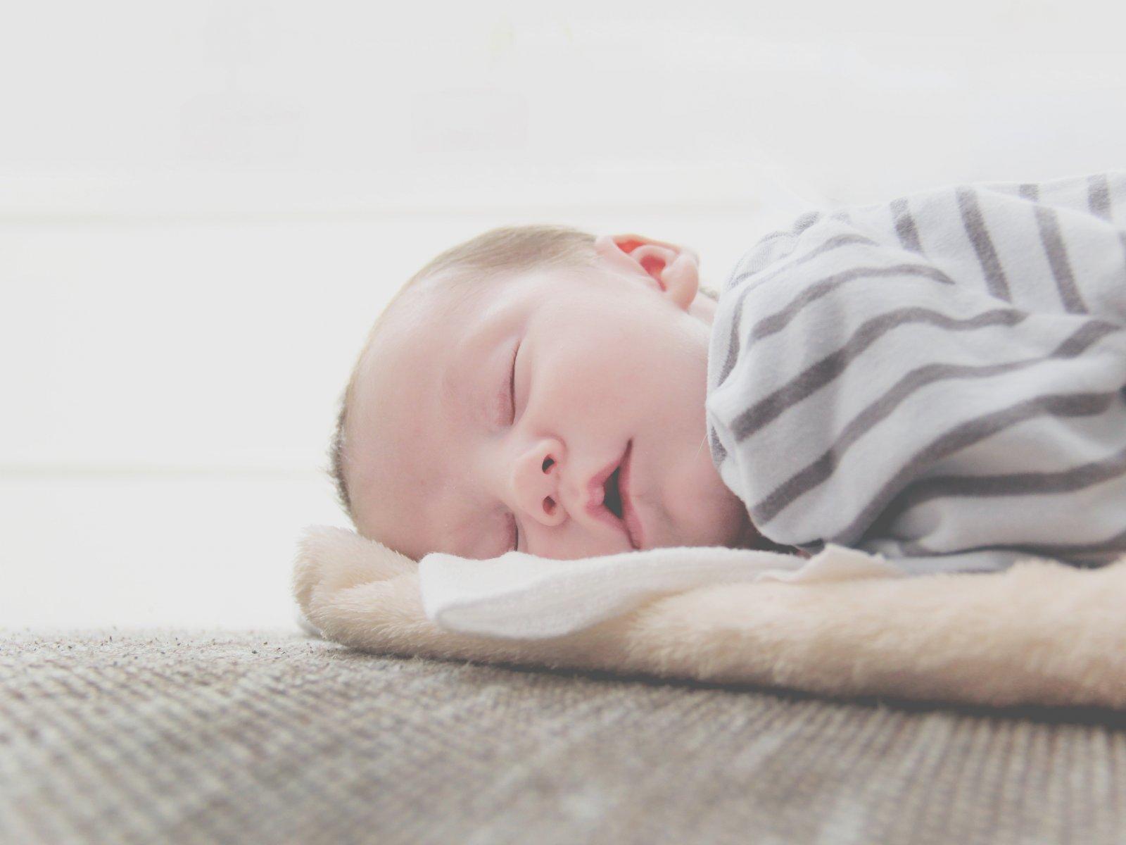 bebe dort sur un topponcino
