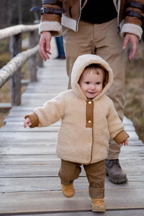 enfant fait ses premiers pas