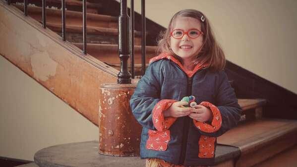 petite fille porte un manteau